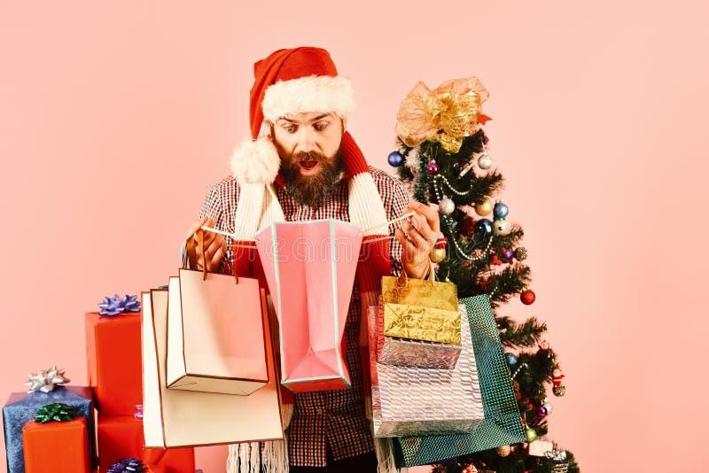 Hombre con la barba y cara sorprendida en fondo rosado imagen de archivo libre de regalías