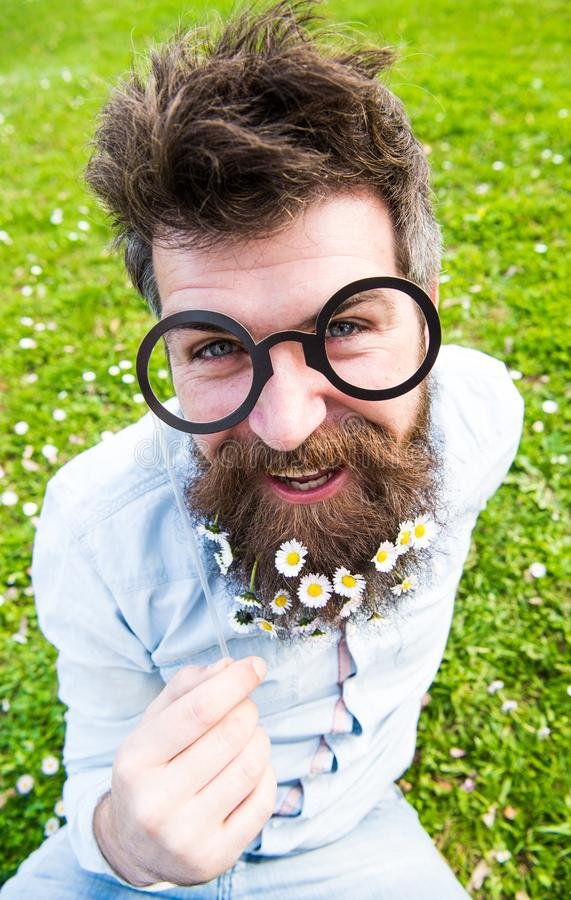 Hombre con la barba y el bigote largos, fondo verde defocused Inconformista con la barba en la cara alegre, presentando con los v fotos de archivo