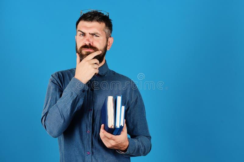 Hombre con la barba y los libros Cuadernos en color azul fotografía de archivo