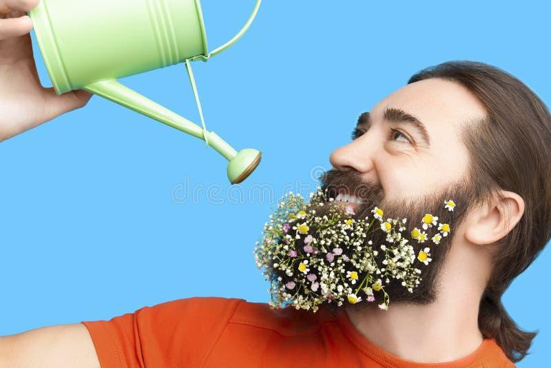 Hombre con la barba y la regadera del ` s de la flor fotografía de archivo