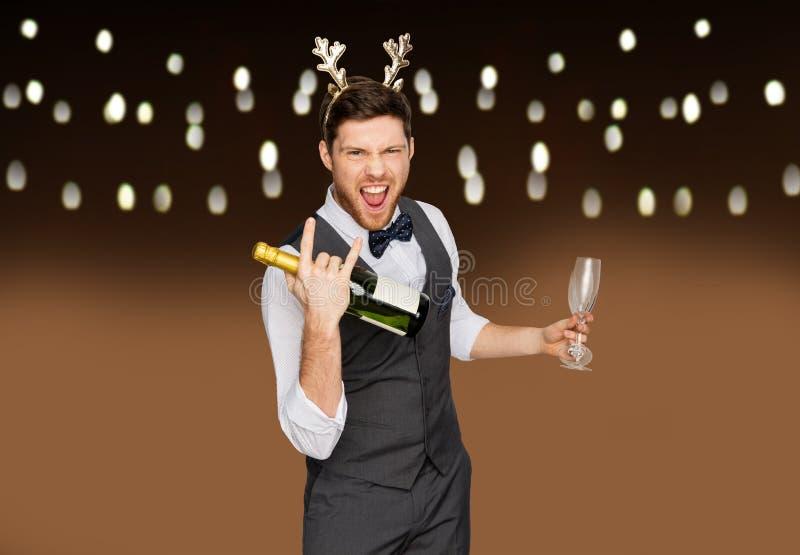 Hombre con la botella de champán en la fiesta de Navidad fotografía de archivo libre de regalías