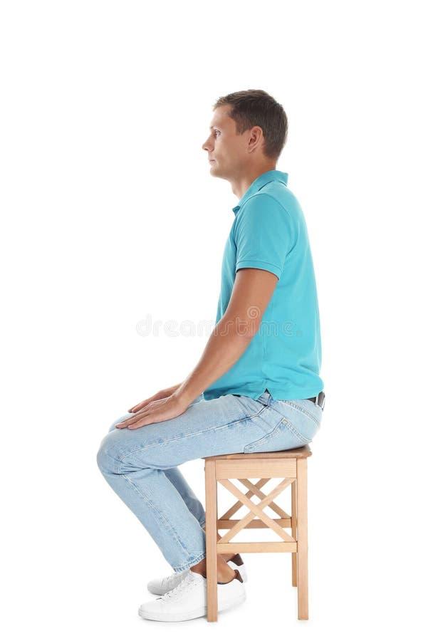 Hombre con la buena postura que se sienta en taburete fotografía de archivo libre de regalías