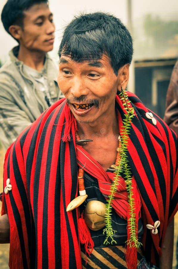 Hombre con la bufanda rayada fotografía de archivo