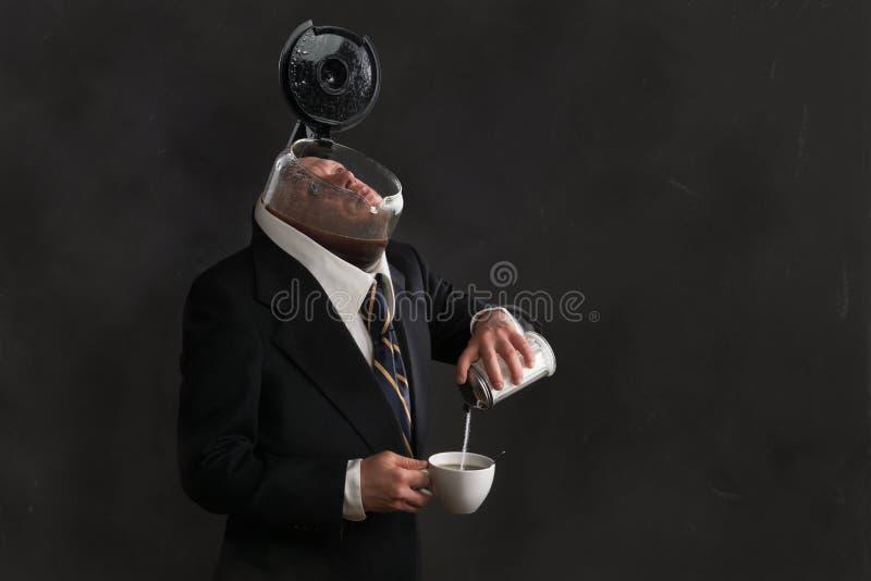 Hombre con la cabeza en un pote del café fotografía de archivo