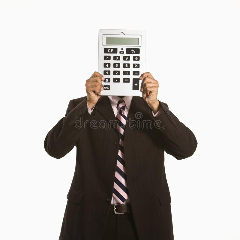 Hombre con la calculadora. fotografía de archivo