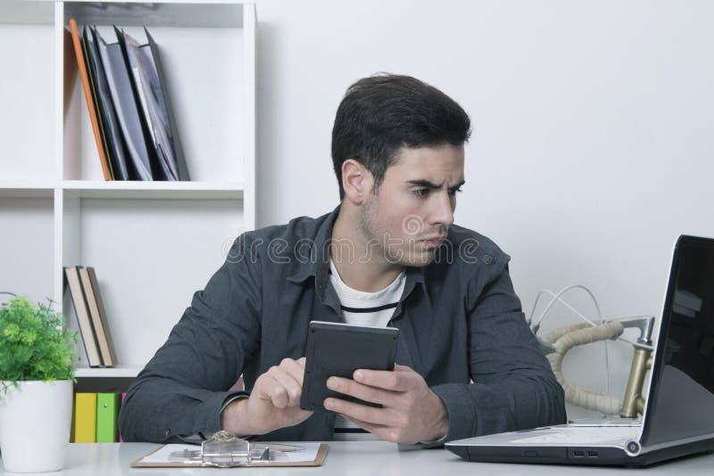 Hombre con la calculadora fotos de archivo libres de regalías