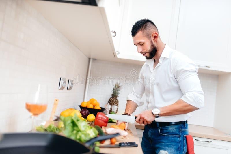Hombre Con La Camisa Elegante Que Cocina La Cena Para La Novia ...