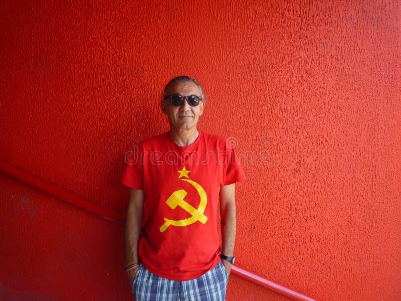 Hombre con la camiseta retra fotos de archivo libres de regalías