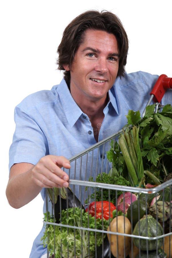 Hombre Con La Carretilla Vegetal Fotos de archivo