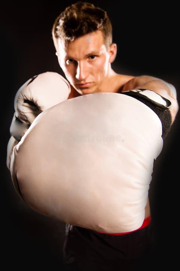 Hombre con la carrocería muscular foto de archivo