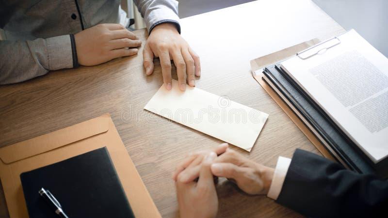 Hombre con la carta de dimisión para abandonado un trabajo al director de recursos humano imágenes de archivo libres de regalías