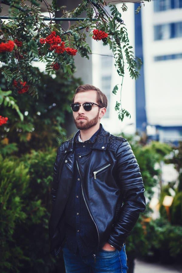 Hombre con la chaqueta de cuero foto de archivo libre de regalías