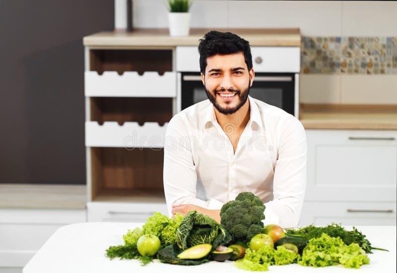 Hombre con la comida sana foto de archivo libre de regalías