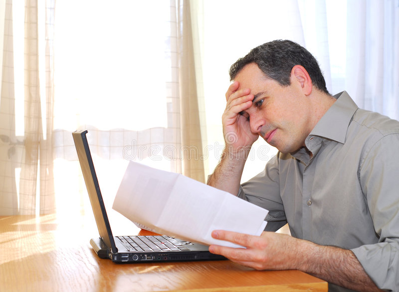 Hombre con la computadora portátil foto de archivo