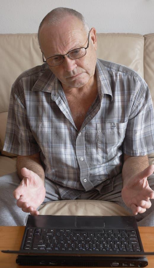 Hombre con la computadora portátil imagen de archivo libre de regalías