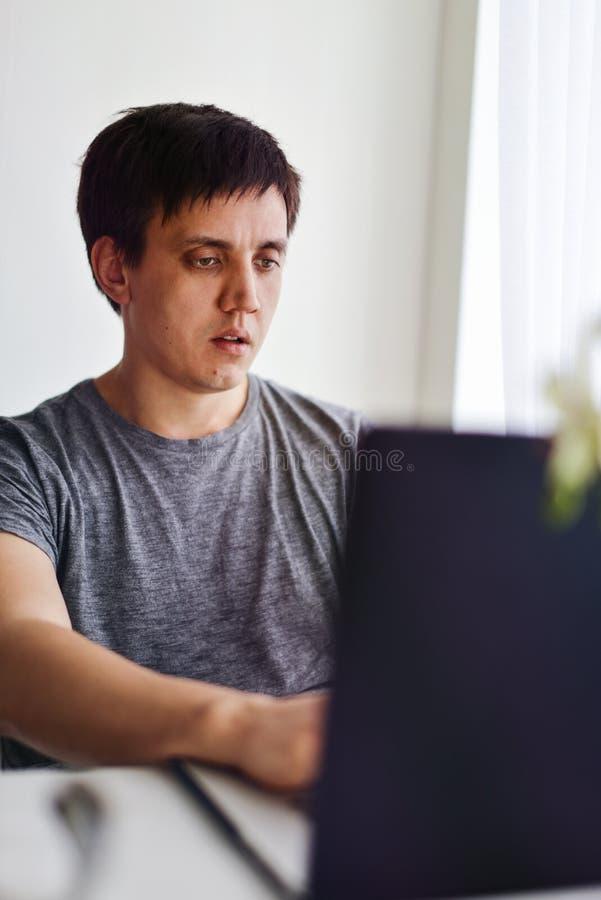 Hombre con la computadora port?til fotografía de archivo libre de regalías