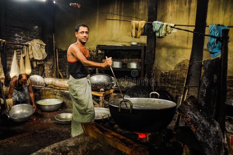 Hombre con la cucharón en Bangladesh imagenes de archivo