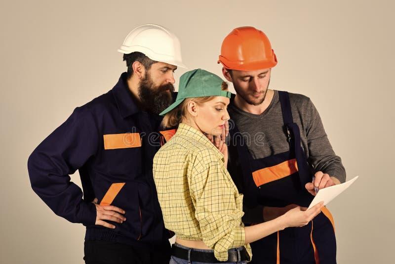 Hombre con la emoción seria Concepto del reclutamiento Brigada de trabajadores, de constructores en cascos, de reparadores y de d fotografía de archivo