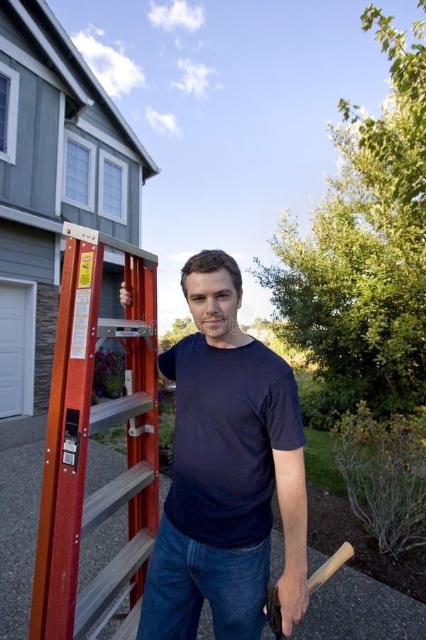 Hombre con la escala y el martillo - horizontales foto de archivo libre de regalías