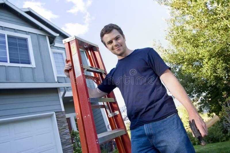 Hombre con la escala y el martillo - horizontales fotos de archivo libres de regalías