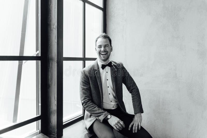 Hombre con la expresión facial feliz imagen de archivo