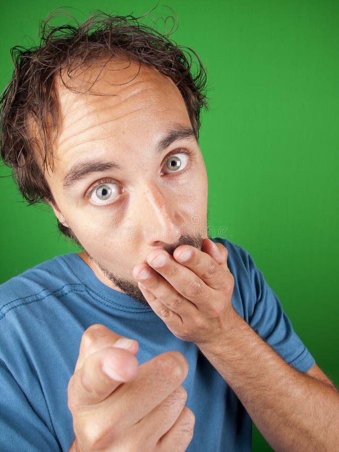 Hombre con la expresión sorprendida que señala en usted fotografía de archivo libre de regalías