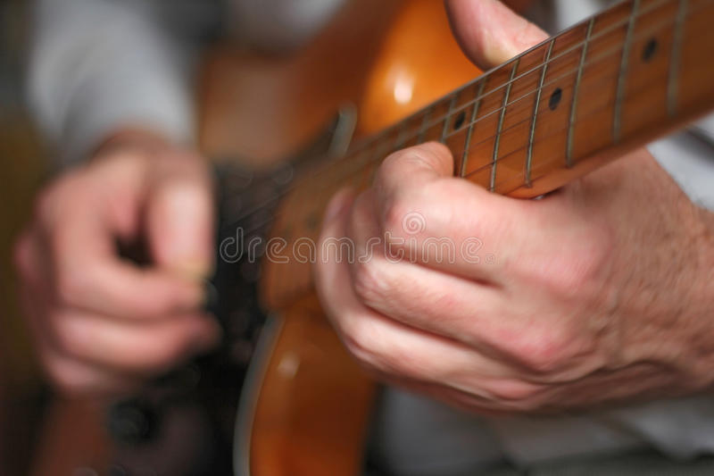 Hombre con la guitarra imagen de archivo