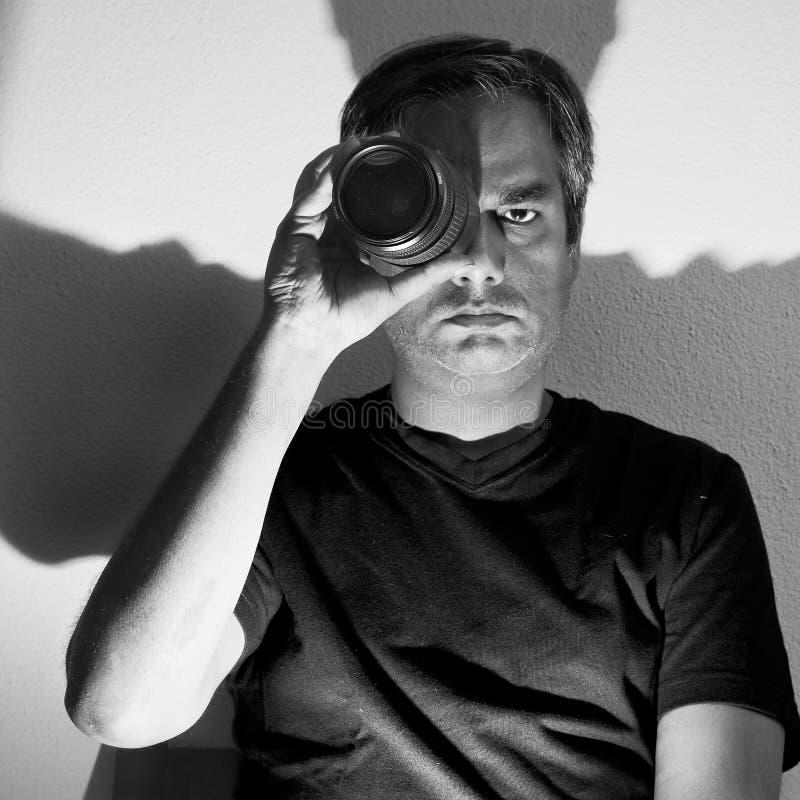 Hombre con la lente imagen de archivo libre de regalías