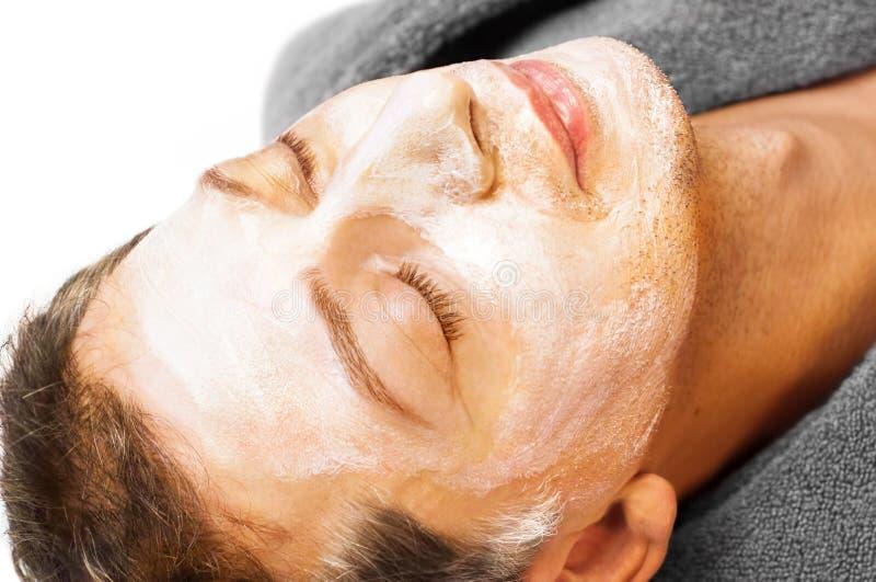 Hombre con la máscara de la crema en su cara fotografía de archivo libre de regalías