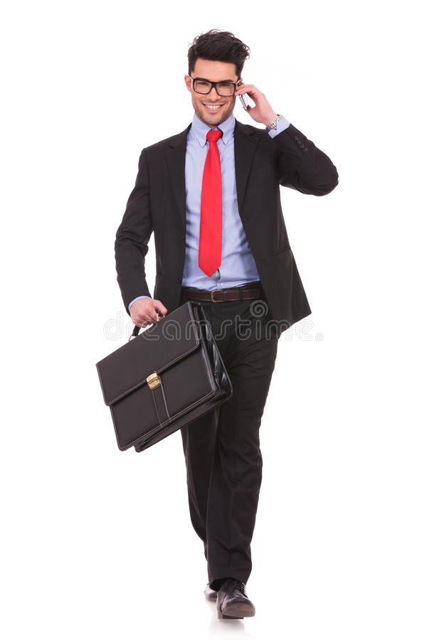 Hombre con la maleta y en el teléfono fotografía de archivo libre de regalías