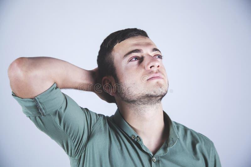Hombre con la mano en la cabeza foto de archivo