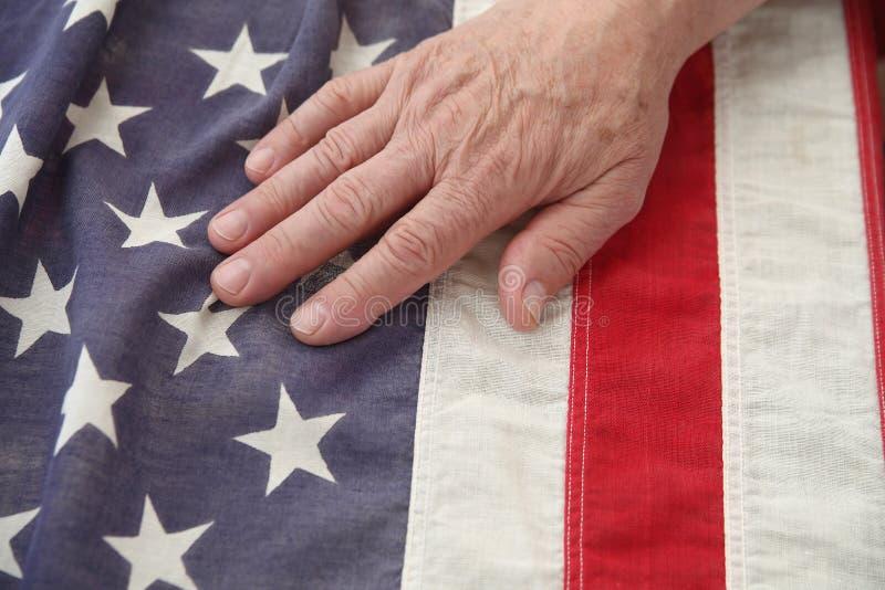 Hombre con la mano en indicador de los E.E.U.U. foto de archivo