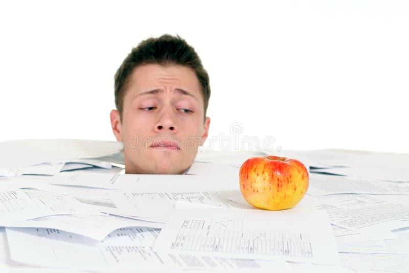 hombre con la manzana foto de archivo