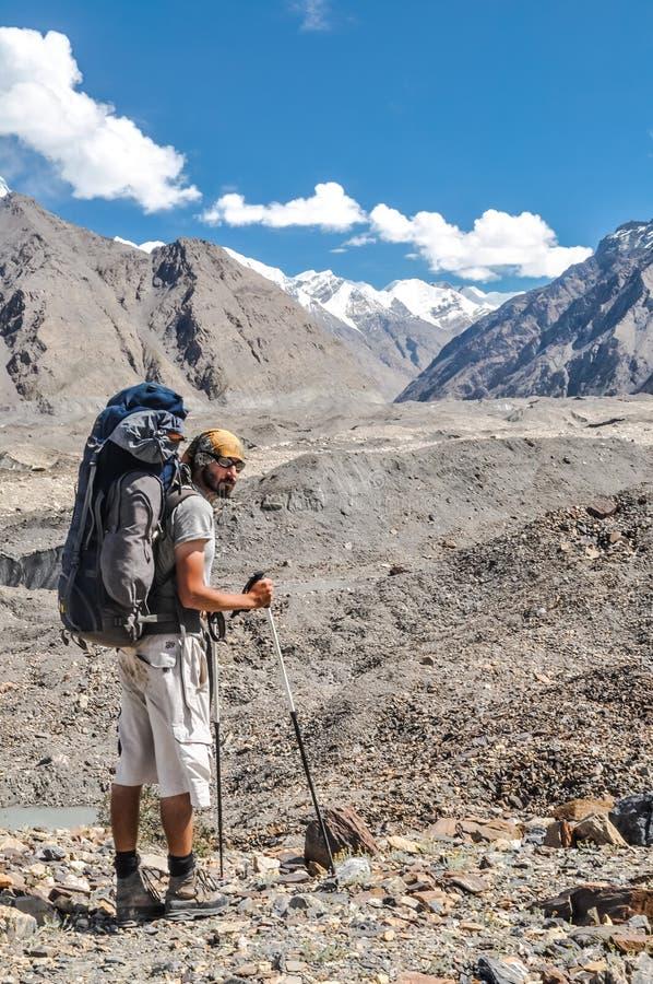 Hombre con la mochila en Kirguistán foto de archivo libre de regalías