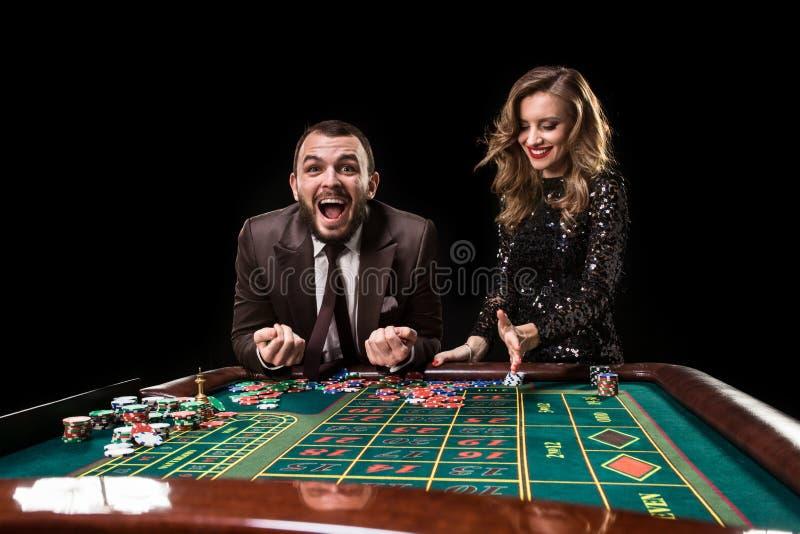 Hombre con la mujer que juega la ruleta en el casino Apego a imagenes de archivo
