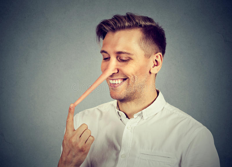 Hombre con la nariz larga Concepto del mentiroso imagenes de archivo