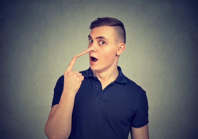 Hombre con la nariz larga del mentiroso fotos de archivo libres de regalías
