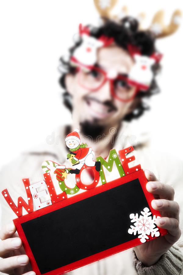 Hombre con la Navidad que sostiene una pizarra agradable fotos de archivo