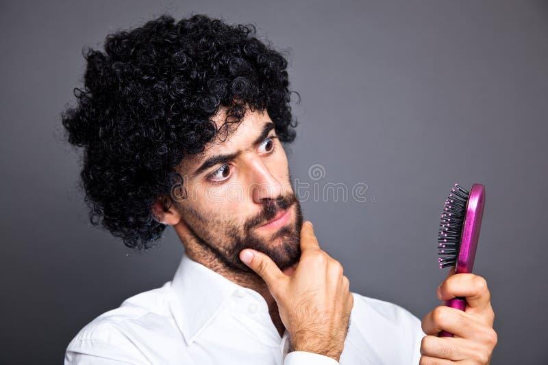 Hombre con la peluca fotografía de archivo libre de regalías