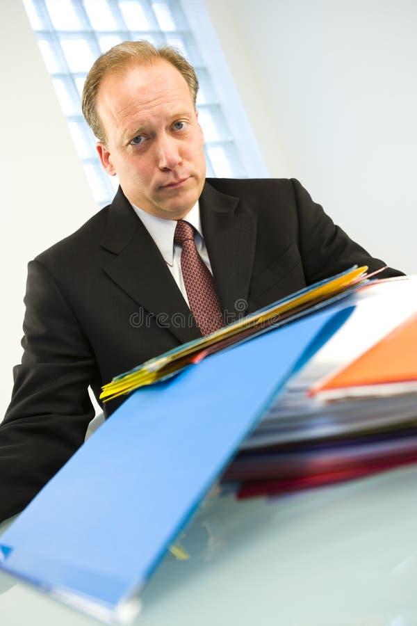 Hombre con la pila de carpetas imágenes de archivo libres de regalías