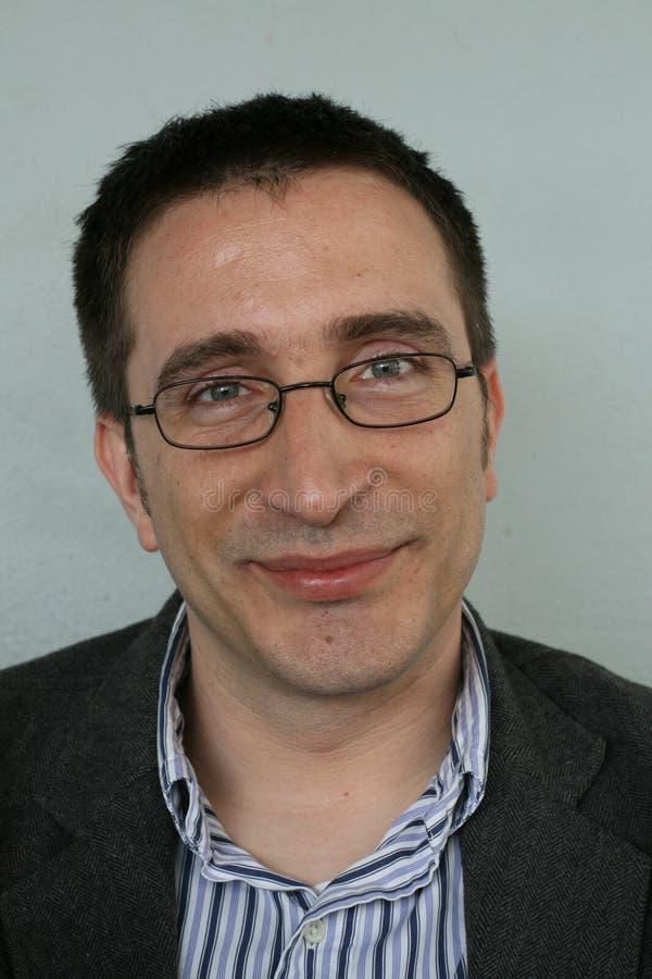 Hombre con la sonrisa de los vidrios fotos de archivo libres de regalías