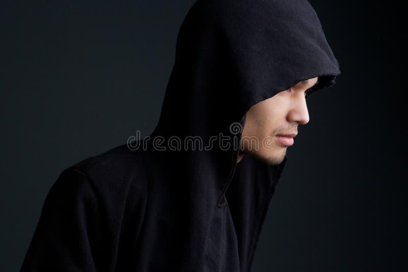 Hombre con la sudadera con capucha fotografía de archivo