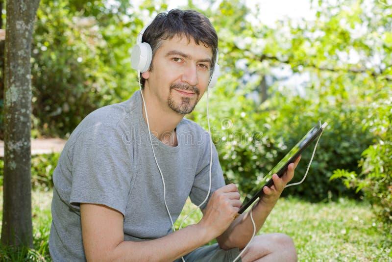 Hombre con la tablilla imagen de archivo libre de regalías