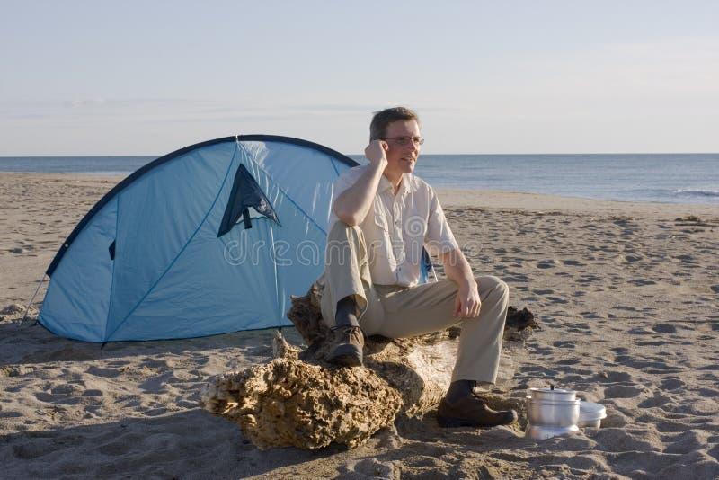 Hombre con la tienda en la playa fotografía de archivo