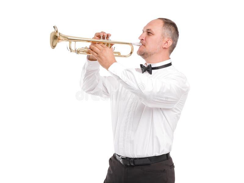 Hombre con la trompeta en manos en el perfil, jugando en la trompeta aislada en el fondo blanco foto de archivo libre de regalías