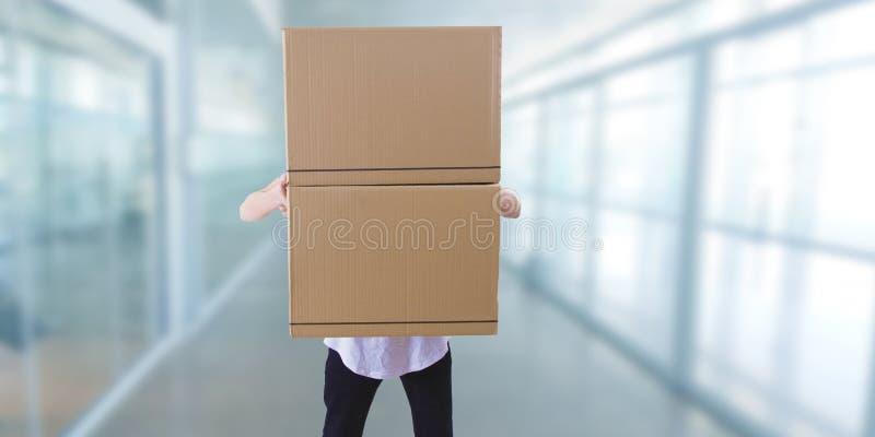 Hombre con las cajas de cartón apiladas imágenes de archivo libres de regalías