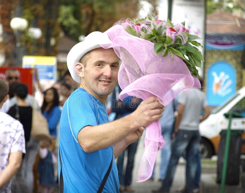 Hombre con las flores fotografía de archivo