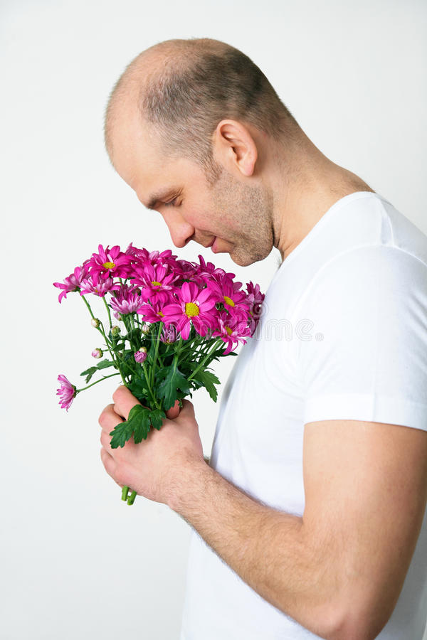 Hombre con las flores imagen de archivo