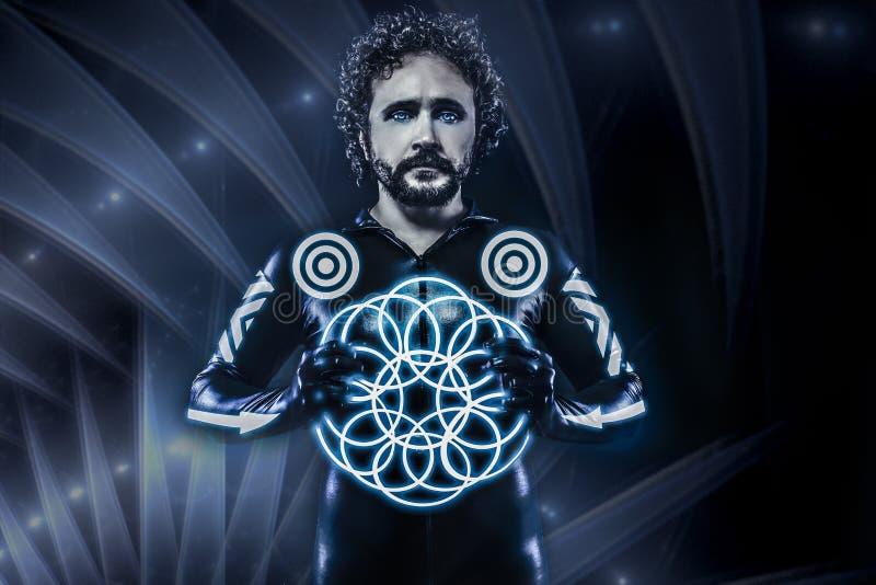 Hombre con las luces de neón azules, el traje futuro del guerrero, fantasía s fotos de archivo libres de regalías