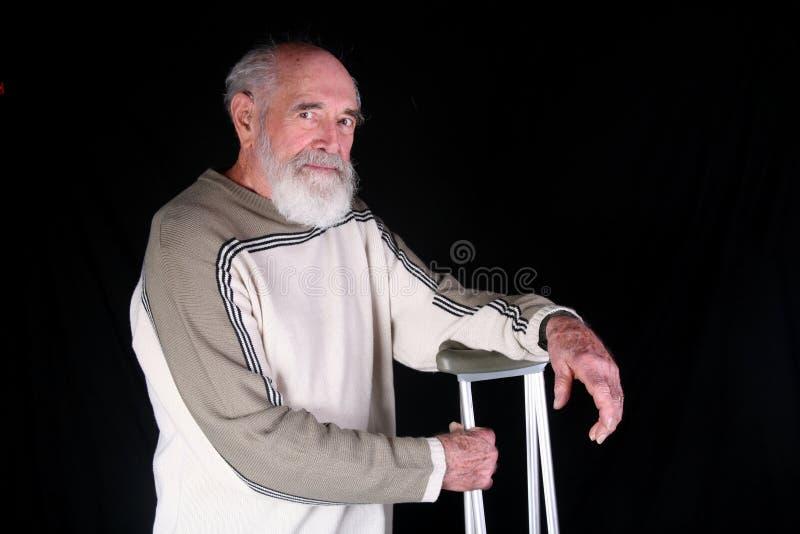 Hombre con las muletas fotos de archivo libres de regalías